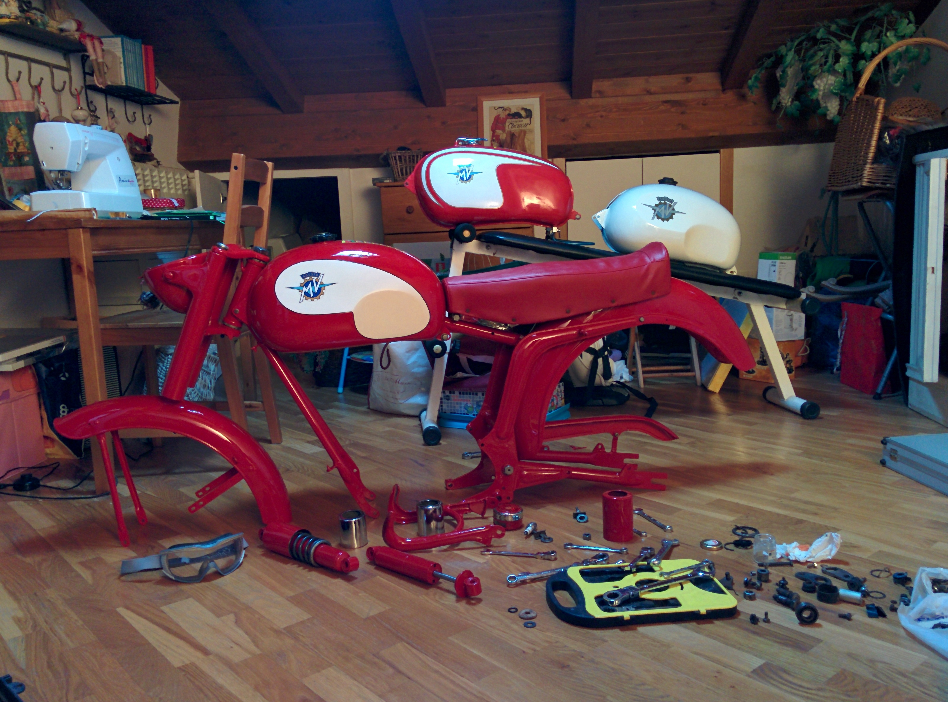 montaggio-moto-mv-agusta-125-tr-dopo-verniciatura